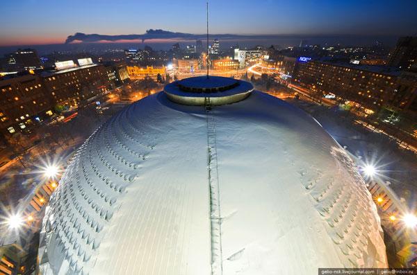 Главная конструкция здания — большой купол диаметром 60 м и высотой 35 м.