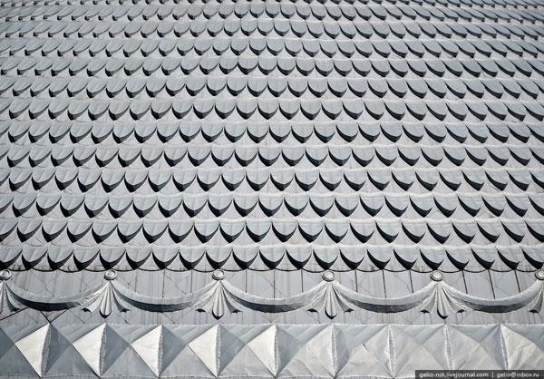 Сверху купол покрыт множеством железных чешуек серебристого цвета.