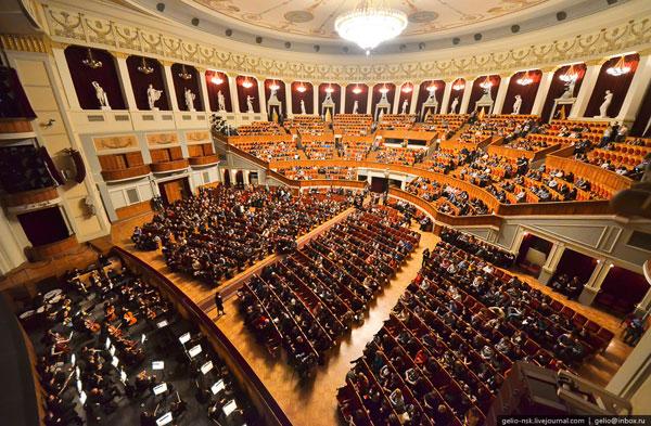 Зрительный зал перед началом оперы Кармен