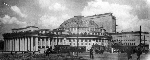 Театр в день открытия — 12 мая 1945 года.