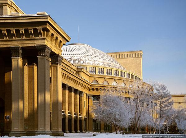 Здание состоит из шести объемов: корпуса, в котором расположены кассовый зал и вестибюль, цилиндрического объема зрительного зала (с кольцевыми фойе); сценического блока...