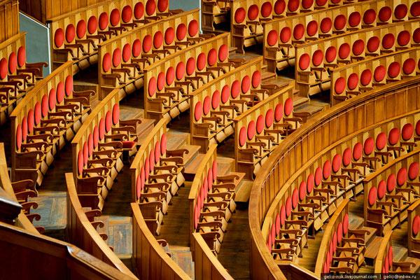 Большой зал театра насчитывает 1774 мест.
