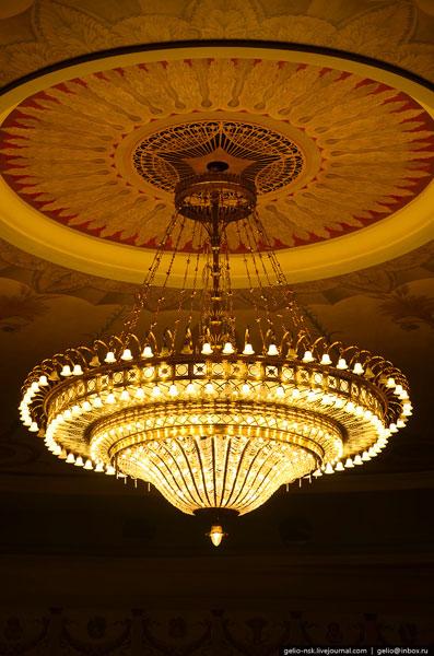 В хрустальной люстре, которая освещает зрительный зал 472 лампочки, каждая лампочка по 100 ватт. Люстра диаметром 6 метров весит около 2-х тонн.